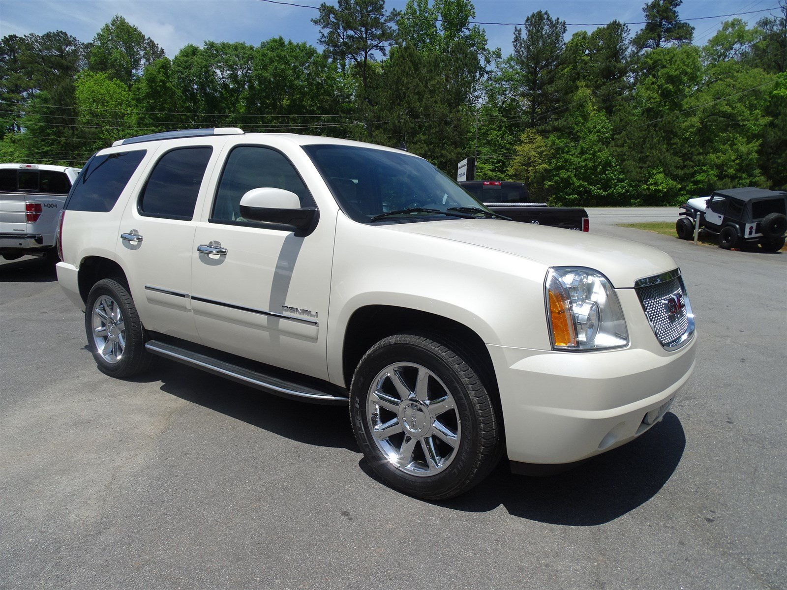 2014 GMC Yukon Denali  Color-Keyed Heated Leather-Wrapped Steering Wheel Rear Vision Camera Nav
