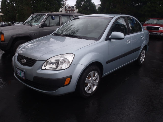 2007 Kia Rio LX Step into the 2007 Kia Rio Providing great efficiency and utility This 4 door 5