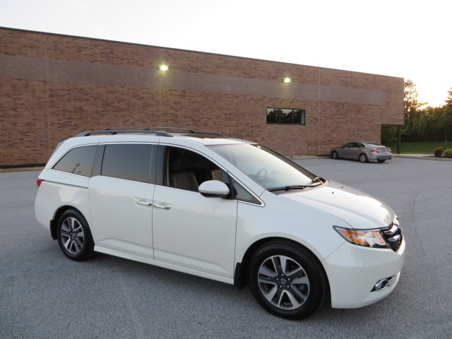 2016 Honda Odyssey Touring Elite with Blind Spot Alert/UltraWide DVD/ Van