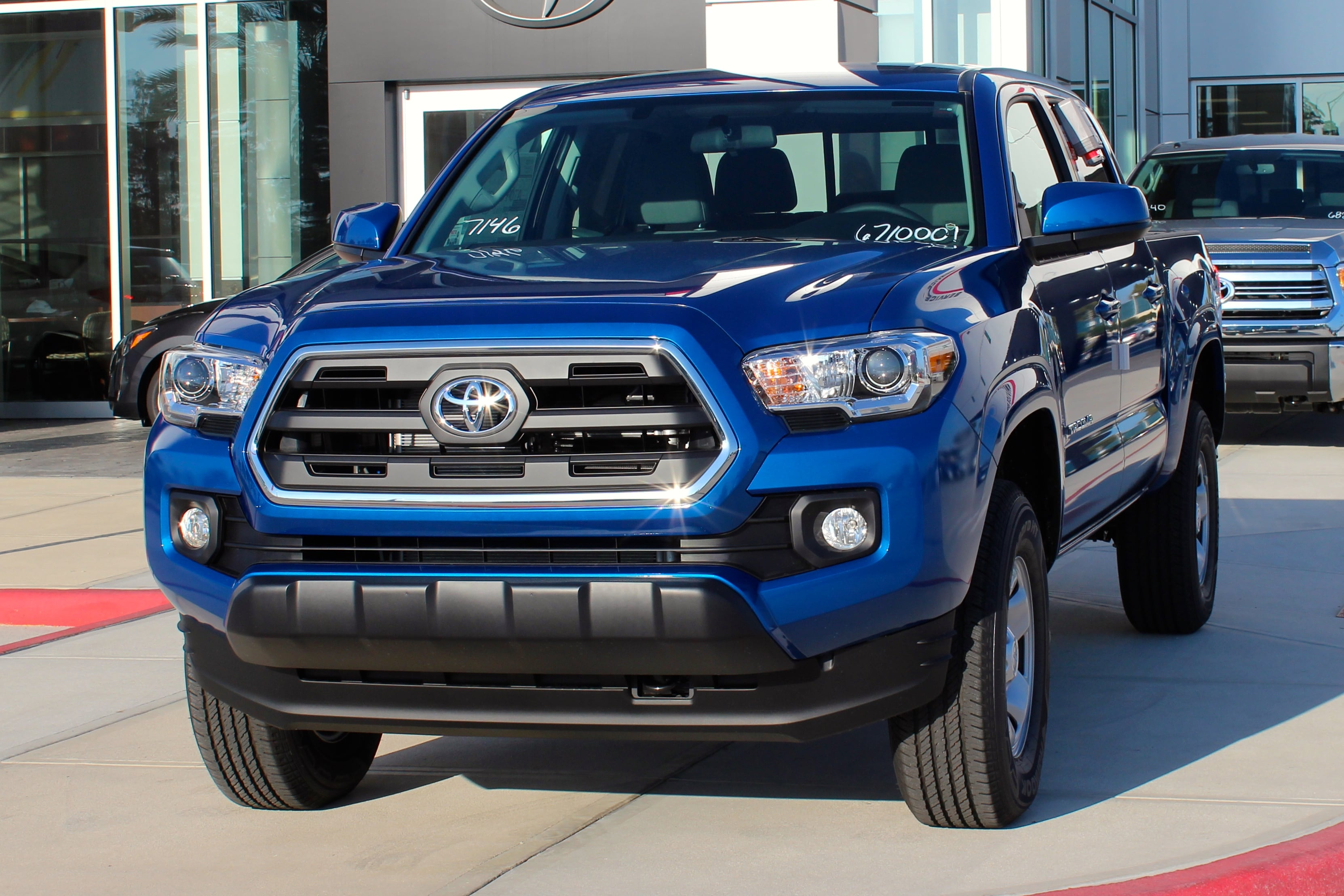 2016 toyota tacoma vs nissan frontier toyota truck shopping. Black Bedroom Furniture Sets. Home Design Ideas
