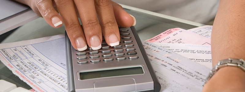 Woman budgeting to get auto finance