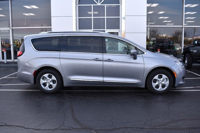 New 2018 Chrysler Pacifica Hybrid TOURING L Passenger Van in Rockford