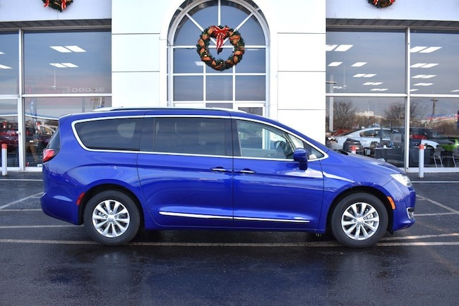 New 2019 Chrysler Pacifica TOURING L Passenger Van in Rockford