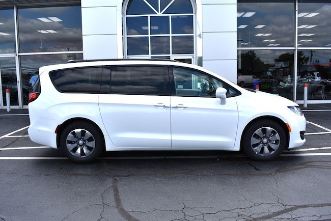 New 2018 Chrysler Pacifica Hybrid LIMITED Passenger Van in Rockford