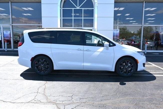 New 2019 Chrysler Pacifica TOURING L Passenger Van in Rockford