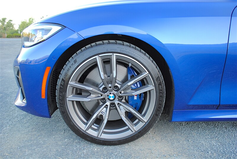 At 19×7.5-inches front and 19.8.5-inches rear, the wheel sizes of the M3401 are staggered.