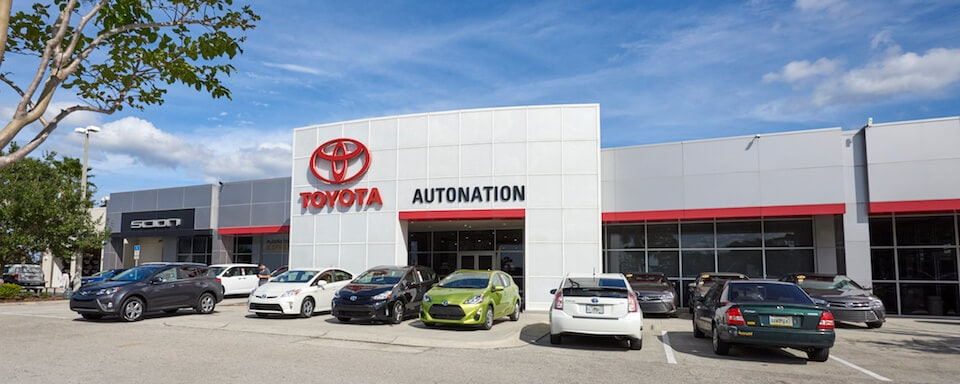 Exterior view of AutoNation Toyota Winter Park during the day