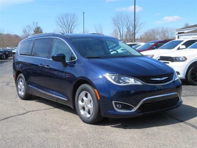 New 2018 Chrysler Pacifica Hybrid TOURING L Passenger Van Big Rapids