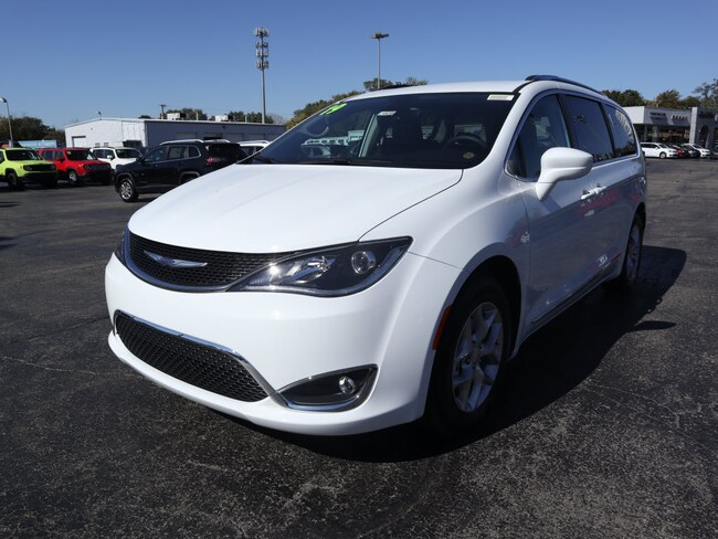 New 2019 Chrysler Pacifica TOURING L Passenger Van in Muncie