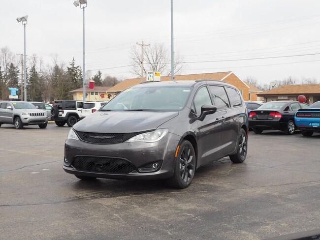 New 2019 Chrysler Pacifica TOURING L Passenger Van in Muncie