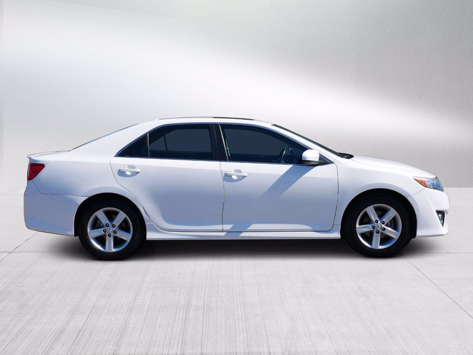 Used 2014 Toyota Camry SE with VIN 4T1BF1FK8EU743913 for sale in Bloomington, Minnesota