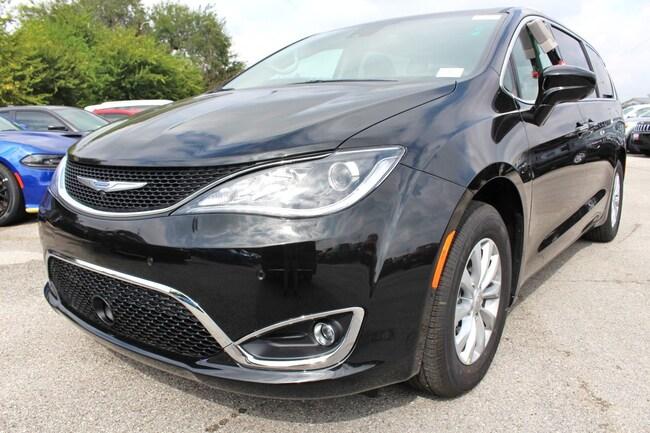 New 2019 Chrysler Pacifica TOURING PLUS Passenger Van San Antonio TX