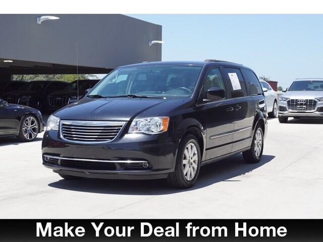 Bargain Used 2016 Chrysler Town & Country Touring Minivan/Van under $15,000 for Sale in San Antonio