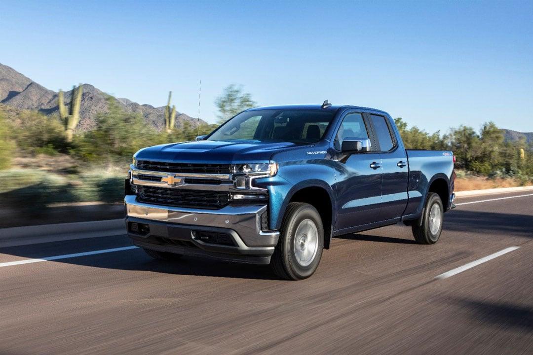 vue trois quart avant du Chevrolet Silverado 2019 roulant sur une route