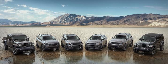 Les véhicules Jeep présentés côte à côte. (de gauche a droite) Gladiator, Compass, Renegade, Cherokee, Grand Cherokee et Wrangler