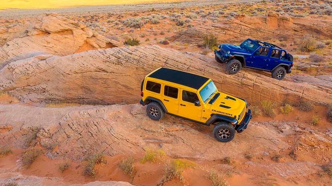 vue de deux Jeep Wrangler Ecodiesel 2021 stationnés sur des rochers