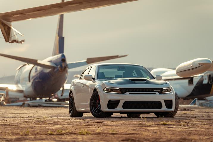 Dodge Charger 2020 à un aéroport