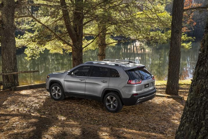 Jeep Cherokee Limited 2020 dans une forêt