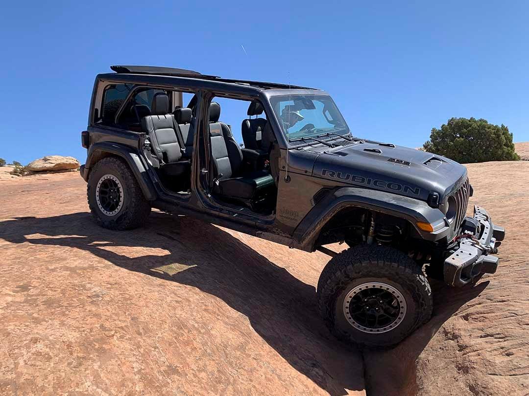 vue latérale du Jeep Wrangler 392 2021 avec les portières enlevées