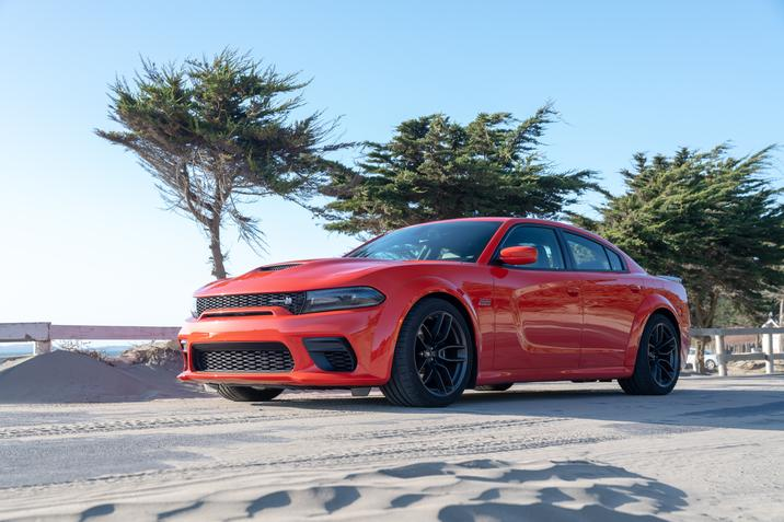 Dodge Charger Scat Pack Widebody 2020 sur une route de sable