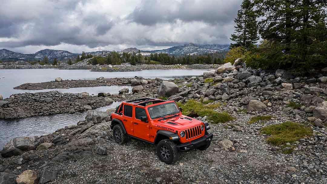 vue trois quart avant du Jeep Wrangler Rubicon 2021 stationné proche d'un lac