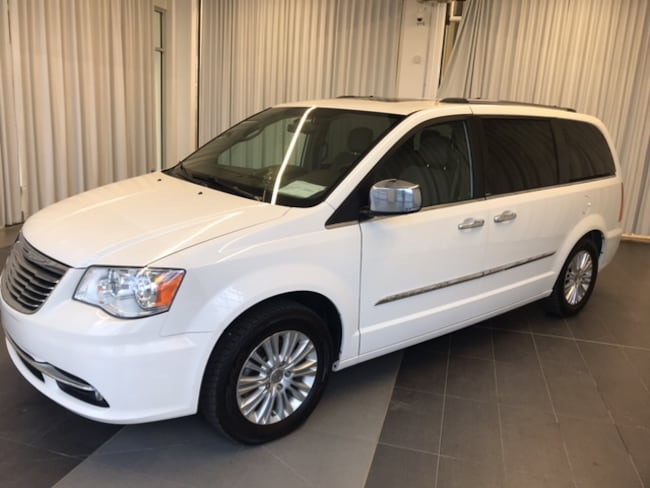 2012 Chrysler Town & Country Limited model*Fully equipped* Van