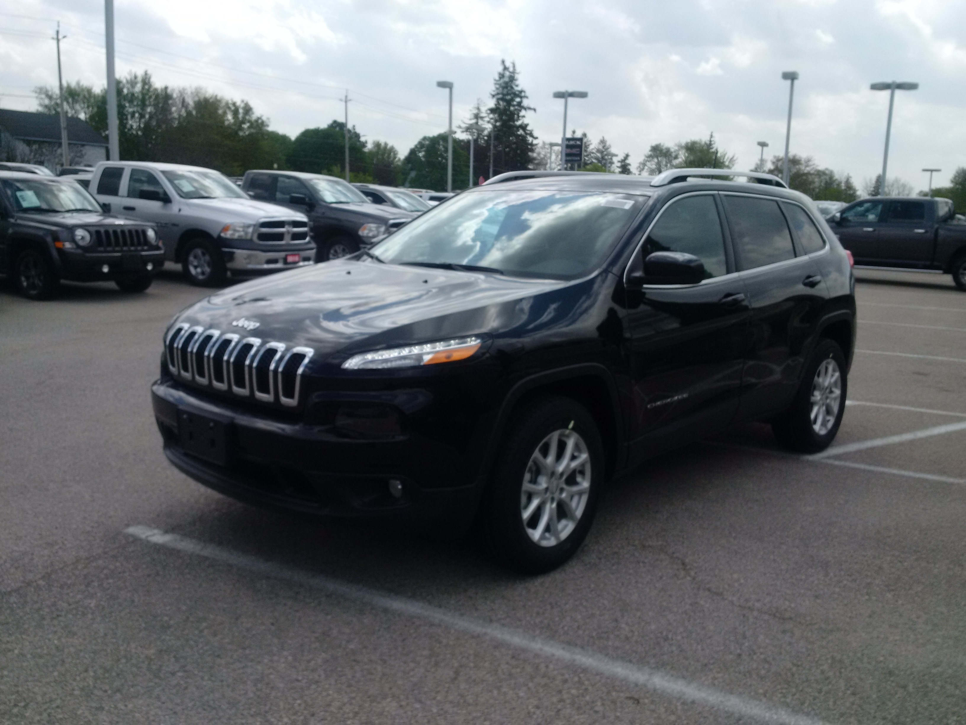 2017 Jeep cherokee North v6 4x4... save huge from a 19! VUS