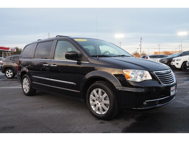 2014 Chrysler Town & Country Touring w/Nav DVD Van in East Haven