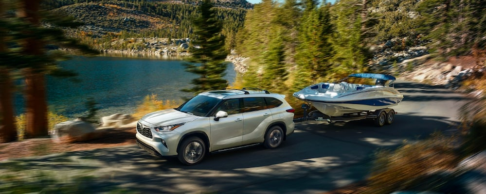 Toyota Highlander towing a boat