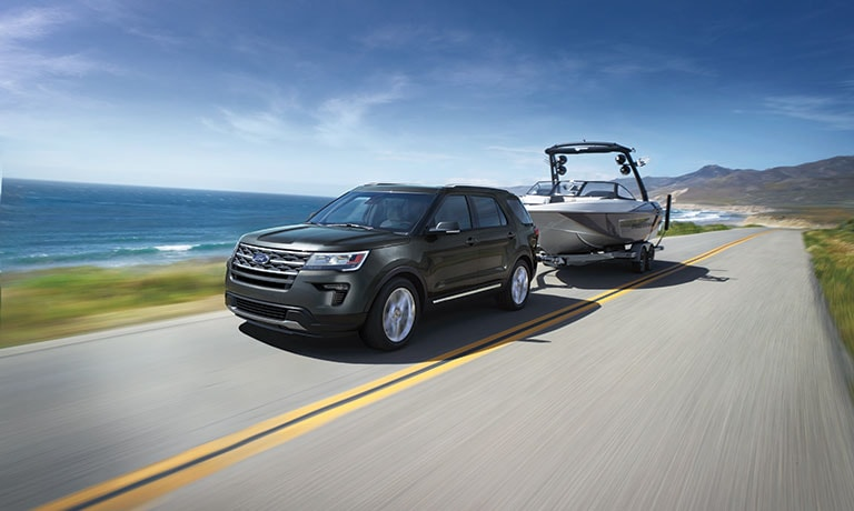 2019 Ford Explorer xlt towing boat by water