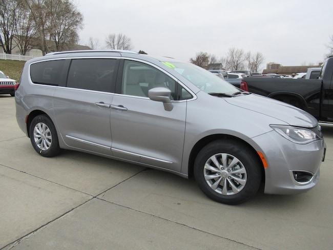 New 2019 Chrysler Pacifica TOURING L Passenger Van Waterloo, IA