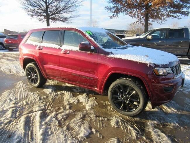 New 2019 Jeep Grand Cherokee ALTITUDE 4X4 Sport Utility Waterloo, IA