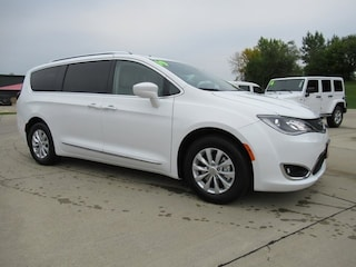 New 2019 Chrysler Pacifica TOURING L Passenger Van for sale in Waterloo, IA