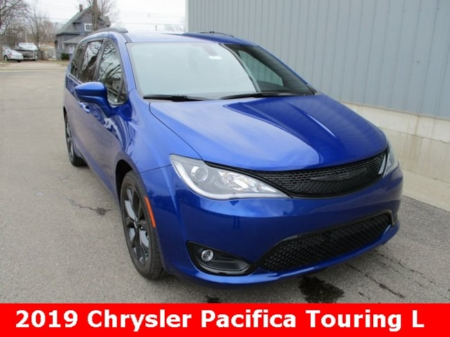 New 2019 Chrysler Pacifica TOURING L Passenger Van in Cadillac, MI
