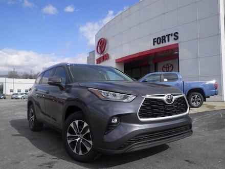 Featured new 2020 Toyota Highlander XLE SUV for sale in Pekin, IL