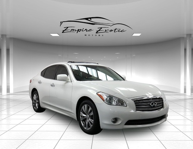 2013 INFINITI M56x with Deluxe Touring and Performance Tire & Wheel Packages Sedan