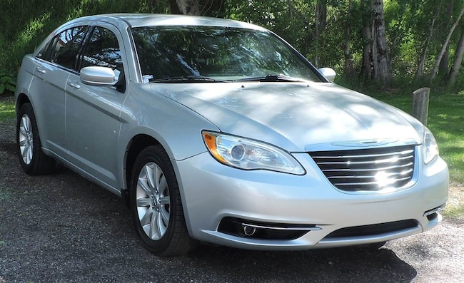 2012 Chrysler 200 Touring: Heated Seats/SirusXM/Heated Mirrors Sedan