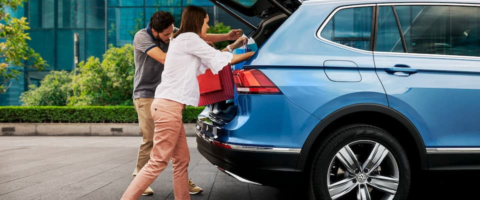 A couple loading bags into the trunk of their 2019 VW Tiguan