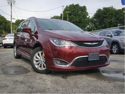Featured Used 2017 Chrysler Pacifica Touring-L Touring-L FWD for Sale near Youngstown, OH