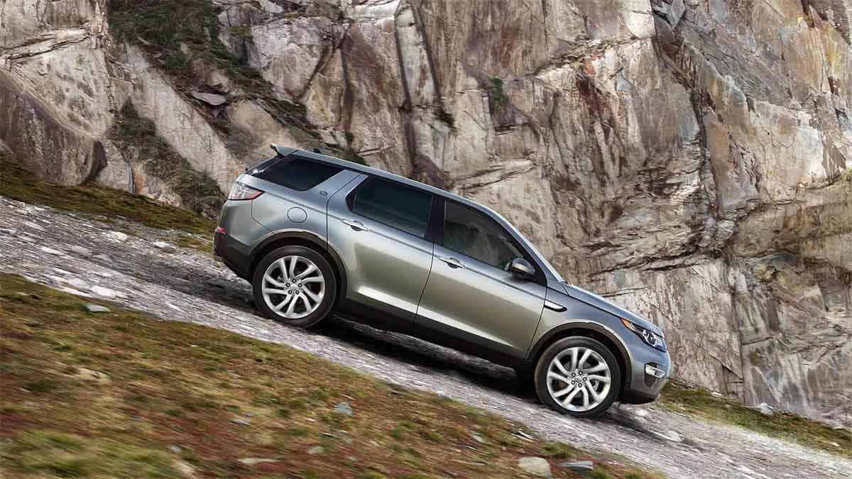 2018 Land Rover Discovery Sport off roading down a hill.jpg