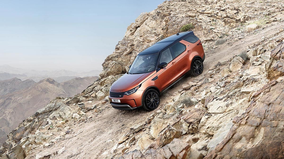 2018 Land Rover Discovery climbing off-road