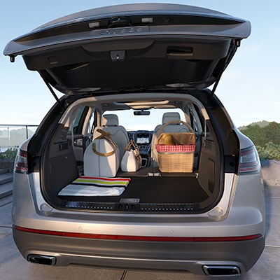 Lincoln Nautilus rear tailgate with storage