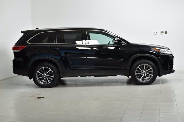 Used 2018 Toyota Highlander XLE with VIN 5TDJZRFH9JS559038 for sale in Maplewood, Minnesota