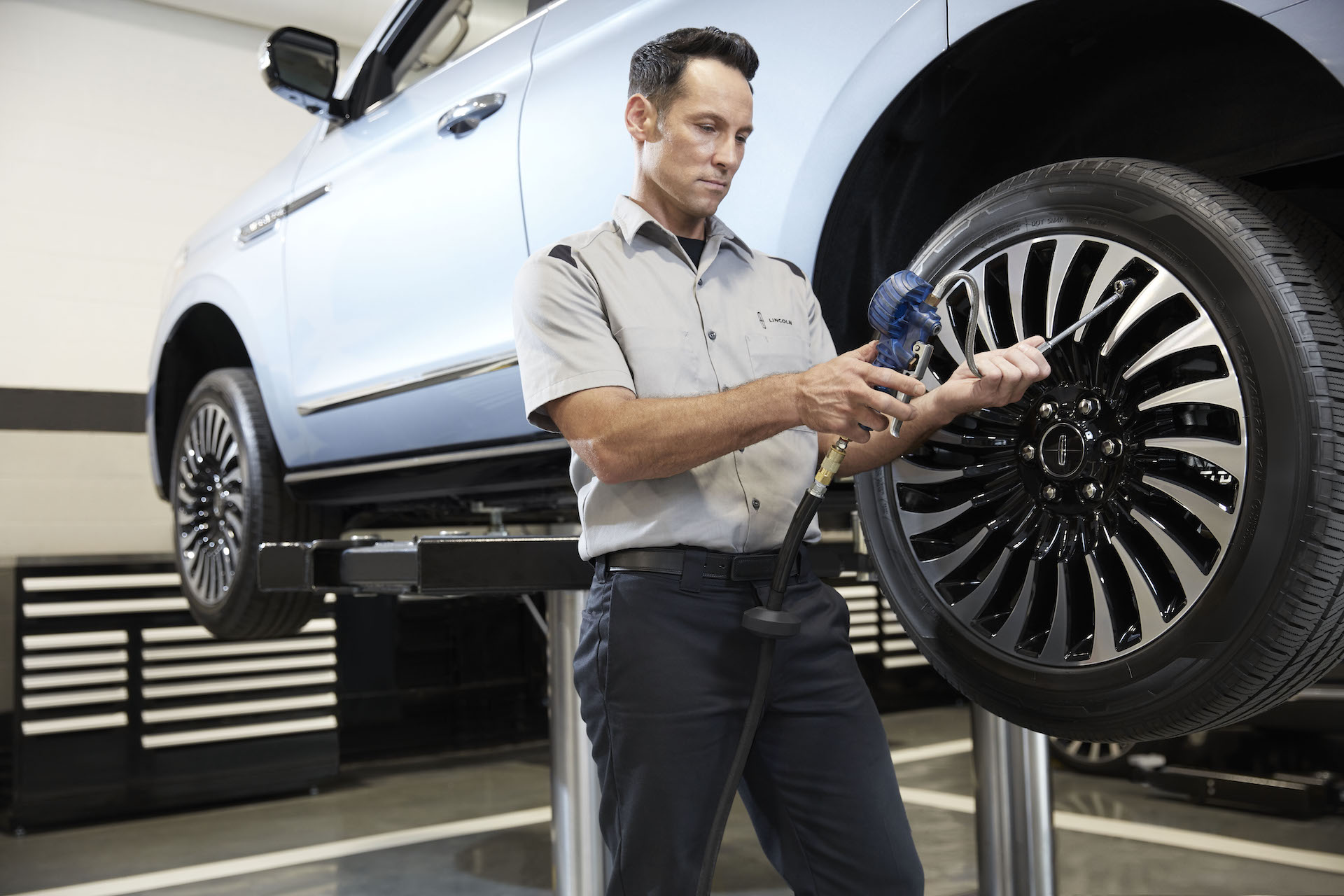 How to check your tires' health at Lincoln of New Bern |Lincoln service technician checking tire pressure