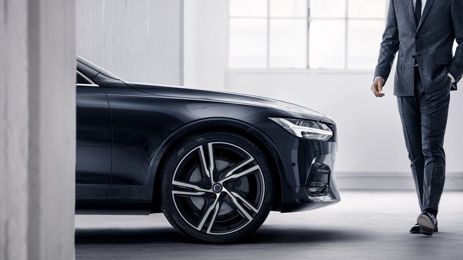 2018 Volvo S90 front exterior.jpg