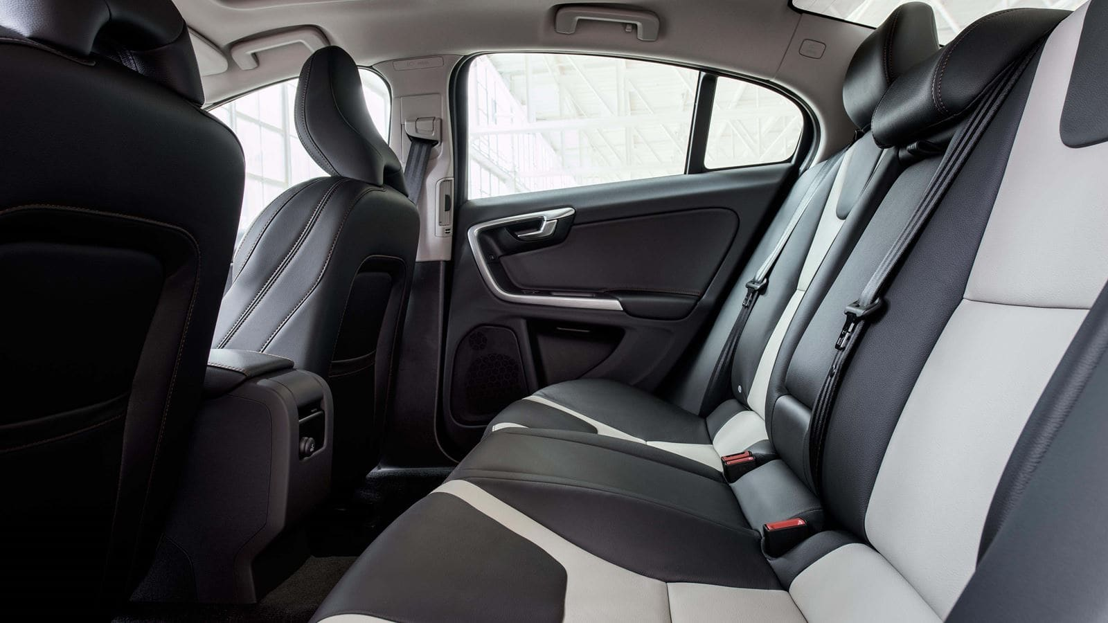 volvo-s60-crosscountry-interior-view-rear-seats-v1