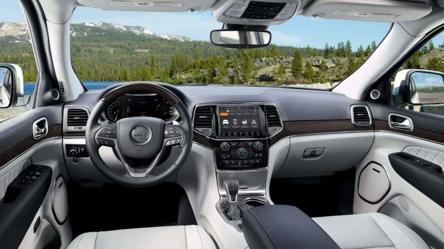 Picture of the 2019 Jeep Grand Cherokee interior front seats and techinology
