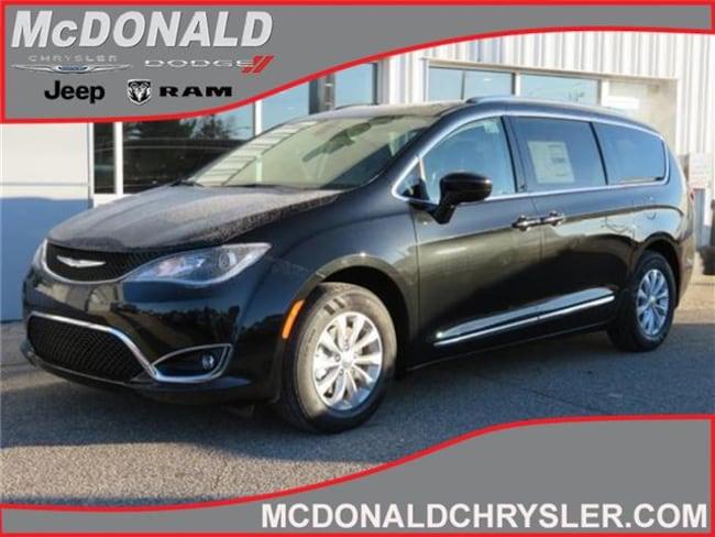 New 2019 Chrysler Pacifica TOURING L Passenger Van Near Saginaw
