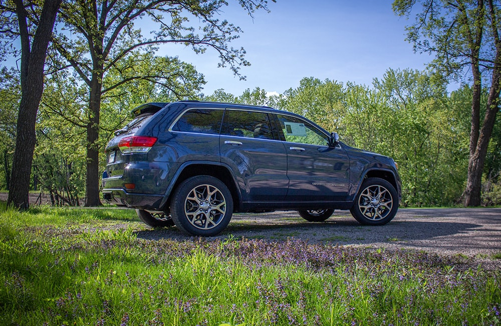 2019 Grand Cherokee outdoor side view Overland