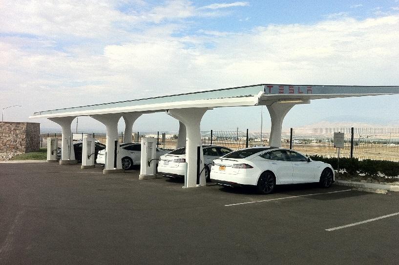 http---image.motortrend.com-f-roadtests-oneyear-alternative-1401_2013_tesla_model_s_p85_update_1-65644540-2013-Tesla-Model-S-charging-stations-02.jpg